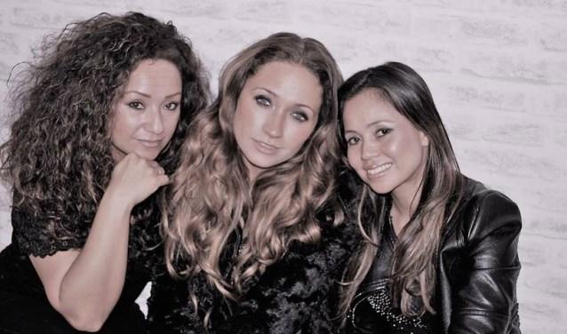 Desiree Surie, Nicky van der Kuyp en Sandra Meyer (v.l.n.r.). De drie ervaren zangeressen zijn hoofdgasten op Evenement 8 maart Internationale Vrouwendag in Zoetermeer. Foto: pr