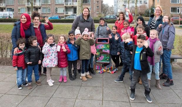 Wethouder Nadine Stemerdink met de kinderen uit Bovenveen die de ontwerpen voor de prullenbakken maakten. (foto: Michel Groen)