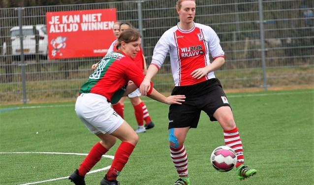 Jessie van Leeuwen (RKAVV Vrouwen) opende de score met een fraai afstandsschot (foto: AW).