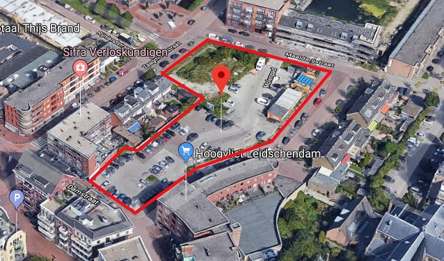 In het rood het gedeelte van de Damcentrum waar veel parkeerplaatsen zullen verdwijnen (foto: Google).