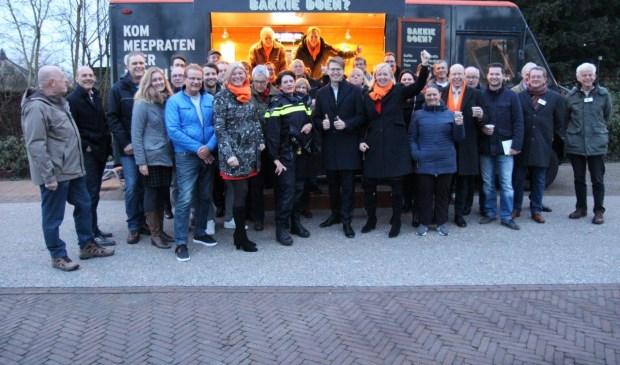 Minister Dekker kwam 'een bakkie doen' in park Sytwende. (Foto: Ap de Heus)