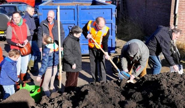 Compost scheppen met wethouder Floor Kist (archieffoto Ot  Douwes).