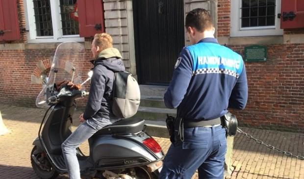 De politie Leidschendam-Voorburg was dinsdag 6 maart aanwezig en heeft 4 bekeuringen uitgedeeld. (Foto: PR)