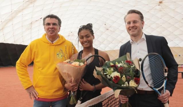 Eric Brunings, voorzitter, Dainah Cameron, tennisster en 2e van Nederland en wethouder Robin Paalvast (v.l.n.r.). Foto: Jan van Es