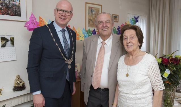 Het diamanten bruidspaar Groen met burgemeester Klaas Tigelaar (foto: Michel Groen).