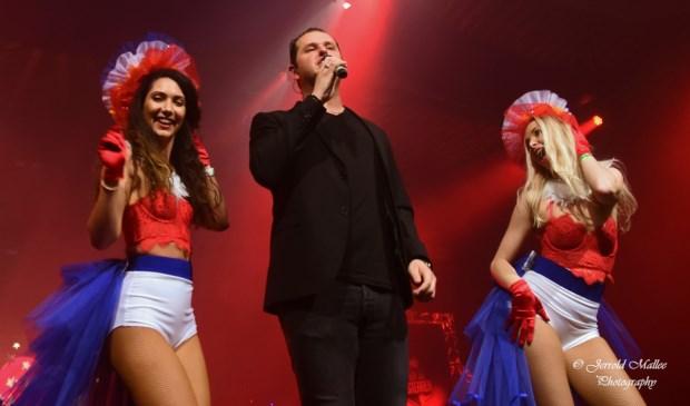 John West met twee danseressen van Orli Entertainment. Tekst en foto's: Jerrold Mallee