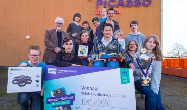 3290076: Team Picasso poseert trots met de beker. Foto: Ron Jenner