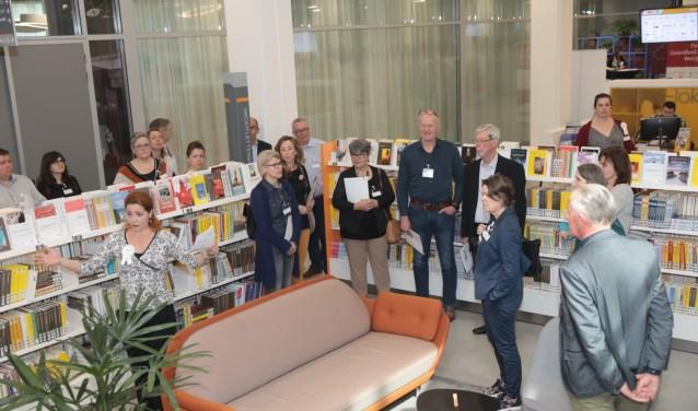 Lara van der Graaf geeft tijdens een rondleiding uitleg aan de aanwezigen. Foto: Jan van Es