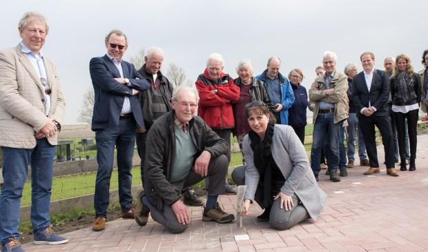 Projectwethouder Bianca Bremer van Bereikbaar Stompwijk en Leen Vellekoop, bewoner van een van de Drie Molens aan de Stompwijkseweg, sloegen de laatste klinker in het wegdek (foto: Michel Groen).