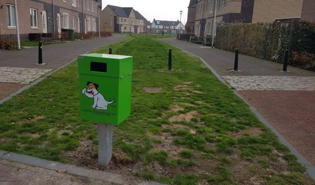Een lelijke groene strontbak siert de straat.