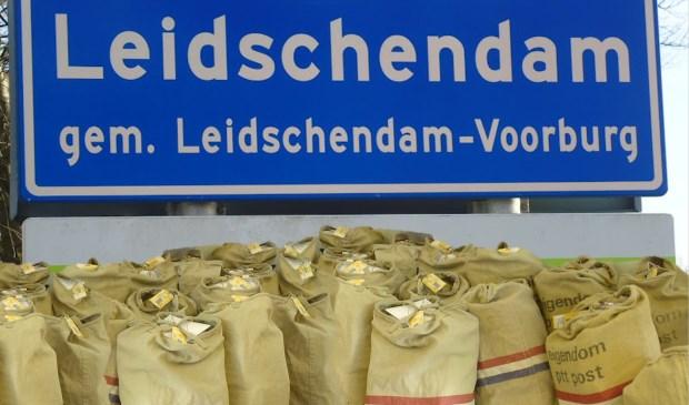 Als het aan DamBelang ligt ontvangt het gemeentebestuur postzakken vol ansichtkaarten. (Foto: DamBelang)