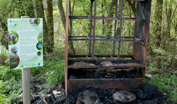 Het mooie insectenhotel in de Natuurtuin is volledig leeggeplunderd en de inhoud in brand gestoken. Foto: Vrienden Natuurtuin Zoetermeer
