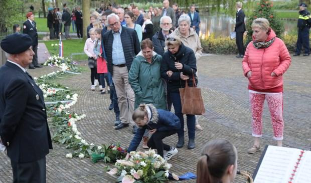 Er werden kransen en bloemen gelegd. Foto: Jan van Es
