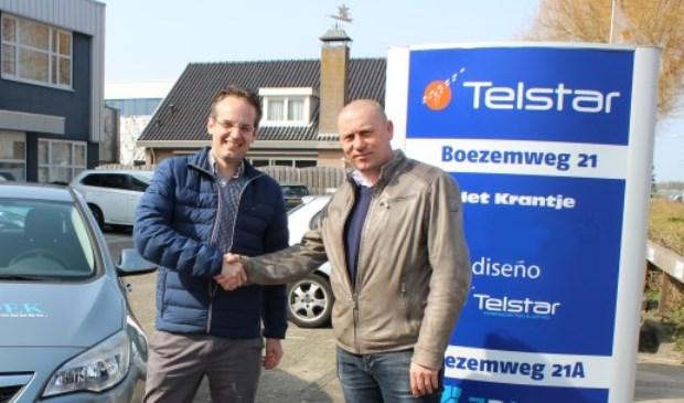 Martijn Hulsen van Toponderzoek en Erhard Soeterbroek van Telstar Uitgeverij, waarbij de Postiljon Zoetermeer is ondergebracht. Foto: pr
