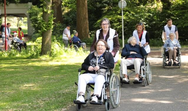 De deelnemers wandelen en rijden routes van circa 4 km rondom de desbetreffende locatie. Hier vanuit locatie Albrandswaard. Foto: Jan van Es
