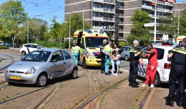 Enkele kinderen werden door de ambulancedienst ter plaatse nagekeken en een slachtoffer moest met onbekend letsel naar het ziekenhuis (foto: Lucien de Vries).