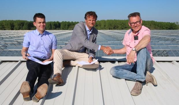 De intentie-overeenkomst van de Energiecoöperatie Pijnacker-Nootdorp werd ondertekend op het dak waar duizend zonnepanelen moeten komen te liggen. Ronald Berk en Matthijs Beke van de cooperatie kwamen weer veilig beneden evenals de kweker en de fotograaf!