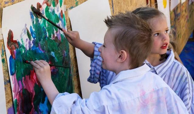 Kliederen op de schilderwand aan de Zuyderloostraat tijdens de  Kinderstraatspelen (foto: Michel Groen).