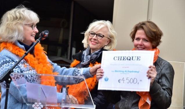 Twee afgevaardigden van Lionsclub Soetermare overhandigden Cindy van Tol als vertegenwoordiger van ALSopdeweg! de cheque. Foto: Kees v/d Graaf