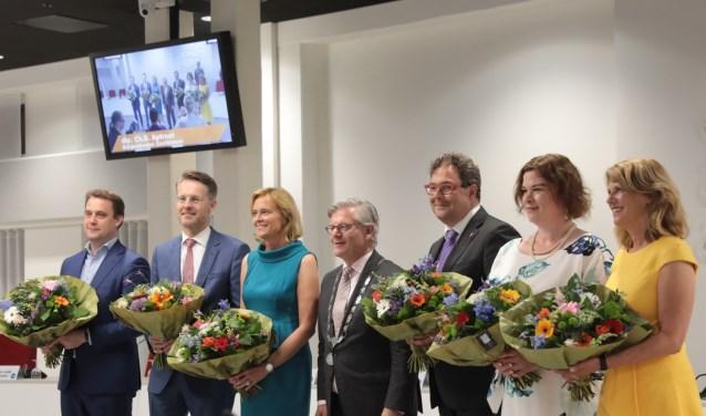 De wethouders Marc Rosier (VVD),  Robin Paalvast (D66), Ingeborg ter Laak (CDA), Charlie Aptroot, burgemeester, Jan Iedema (VVD),  Jakobien Groeneveld (GroenLinks) en Margreet van Driel (LHN). Foto: Jan van Es