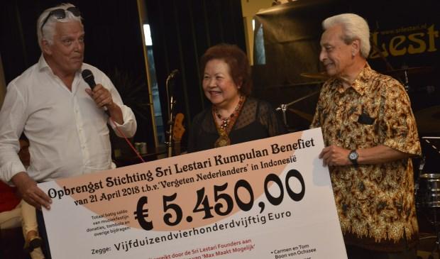Trots overhandigden organisatoren Carmen en Tom Boon von Ochssee van stichting Sri Lestari uit Zoetermeer de cheque aan Jan Slagter. Foto: pr