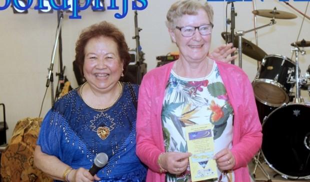Carmen Boon von Ochssee van Stichting Sri Lestari met Lenie Saarloos, de winnares van de hoofdprijs van de tombola: een reis naar Bali. Foto: pr