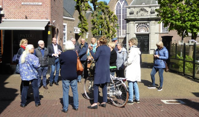 Tussenstop van de wandeling door oud-Voorburg in de Herenstraat (foto: Ruud de Zwart).