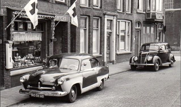 Waar nu horecazaken zitten, was vroeger onder andere Bakkerij Remmerswaal gevestigd (archieffoto).