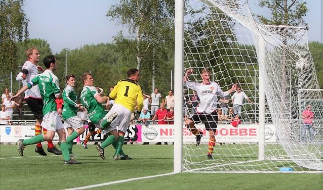Invaller doelman Milan v.d. Veer (SEV) heeft net misgetast en ziet de 2-2 (kopbal) in het net verdwijnen (foto: Rik Driessen).