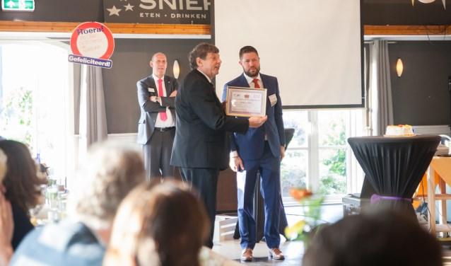 Fred van Zwieten, executive director bij BNI, reikt de prijs uit bij De Sniep. Foto: Bas Wondergem