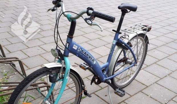 Deze fiets staat op het schoolplein aan de Dobbelaan 4 in Leidschendam. (Foto: Politie LV)