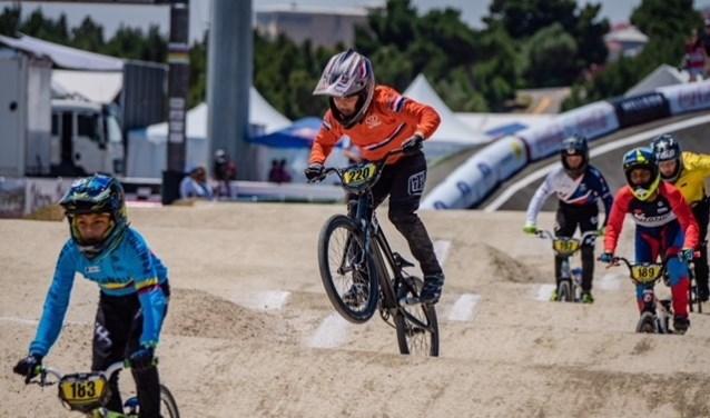 Maddox van Deene (m.) in actie op de Wereldkampioenschappen BMX in Azerbeidzjan. Foto: Remco Huvermann
