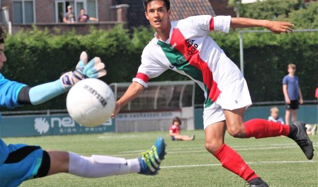 Enrico Geus (Stompwijk'92) scoort zijn 3e doelpunt van de middag tegen HVV (foto: AW).