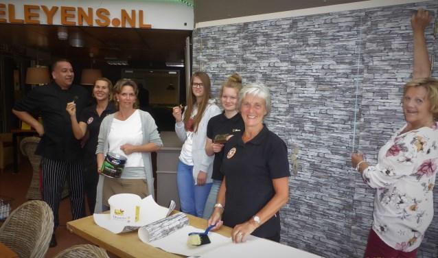 De groep klussers bestaande uit de kok, de gastvrouw, stagiaires en vrijwilligers. Foto: Palet Welzijn