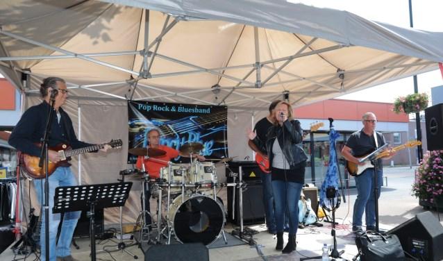 De Pop-, Rock- en Bluesband Fancy Blue met zangeres Carien. Foto: Jan van Es