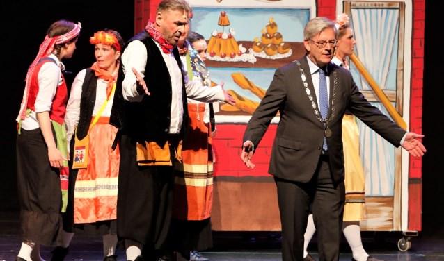 Burgemeester Charlie Aptroot speelde met verve de rol van burgemeester.Foto: Fred Roland