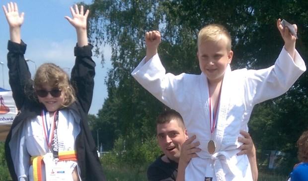 Bob Lausberg (r.) uit Zoetermeer is de trotse judokampioen Special Olympics. Foto: pr