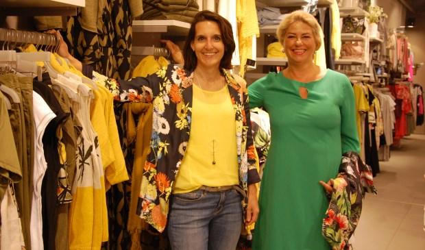 Adviseuses Femke en Riet laten zien dat geel de nieuwe zomerkleur is.