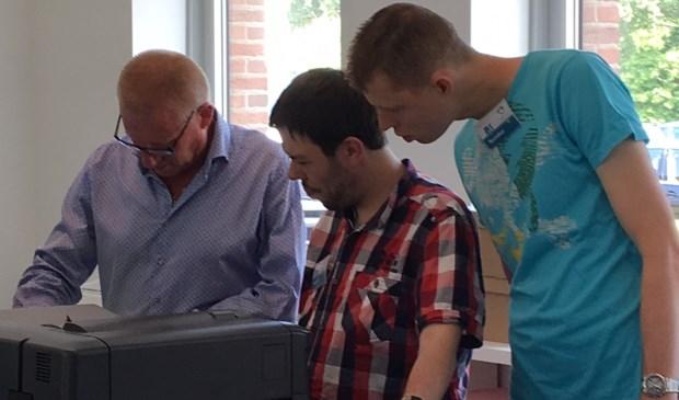 Mark en Peter aan de slag bij het Document Productie Centrum van de gemeente in het kader van de Prokkelweek (Foto: PR)