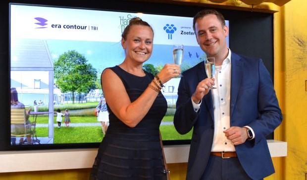 Bianca Seekles van ERA Contour en wethouder Marc Rosier van de Gemeente Zoetermeer toosten op de ondertekende intentieverklaring nieuw woongebied. Foto: pr