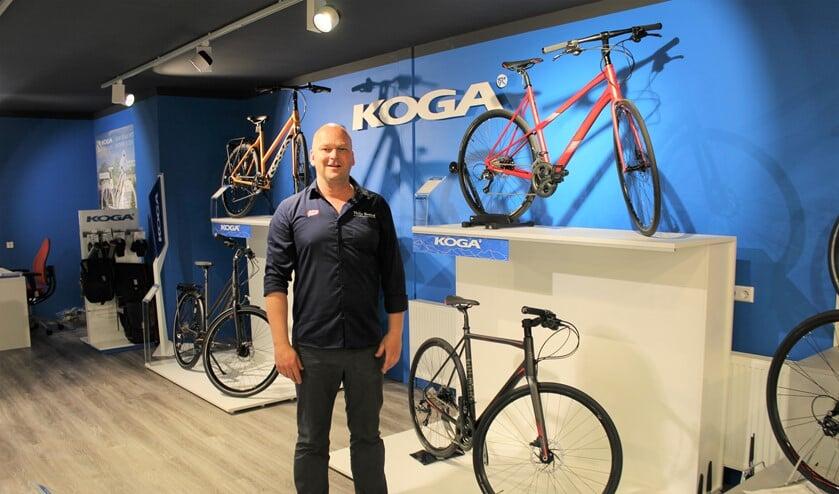Dennis Brand van Bike Totaal Thijs Brand in zijn winkel bij de uitgebreide afdeling Koga fietsen (foto/tekst: DJ).