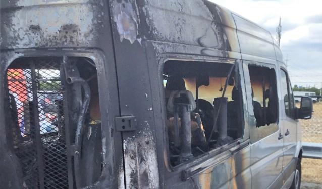 De bus van de WOeJ is volledig uitgebrand; de oorzaak is nog onbekend (foto: pr WOeJ).