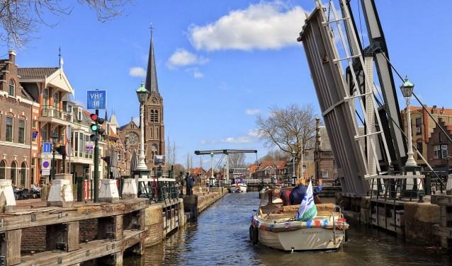 De sluis in Leidschendam dicht tijdens de spits of niet? Of alleen voor de pleziervaart? (foto: Charles Groeneveld).
