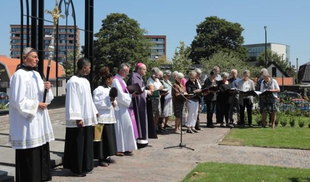 Voorafgaand aan de inzegening werd door het zangkoor Cantemus Domino het Introïtus Requiem gezongen. Foto: Jan van Es