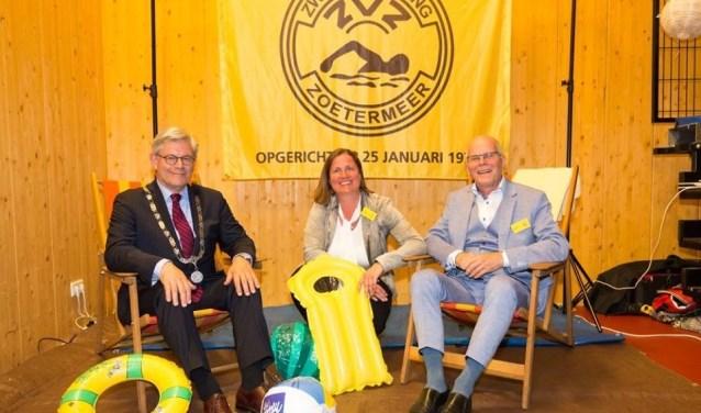 Burgemeester Charlie Aptroot, vice-voorzitter Tanja Sluiter en Bert Kortekaas (jubileumcommissie). Foto: Raymond Schuling Fotografie
