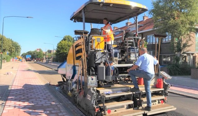 Wethouder Stemerdink kwam even persoonlijk poolshoogte nemen bij de asfalteringswerkzaamheden op de Rembrandtlaan (foto: gemeente LDVB).