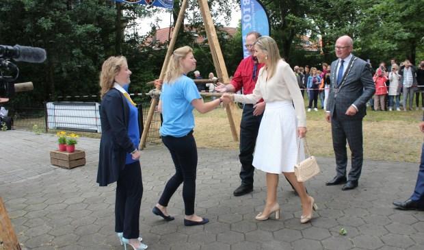 Koningin Máxima wordt bij Hubertus Brandaan begroet door vertegenwoordigers van Scouting Nederland en Hubertus Brandaan (foto: Dick Janssen).