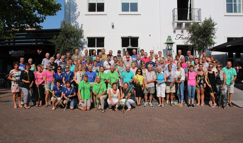 De lokale deelnemers op de groepsfoto met wethouder Peter Hennevanger die alle deelnemers een consumptie aanbood op het Fratelliterras.