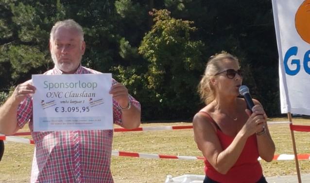 Na afloop van de sponsorloop werd de cheque overhandigd aan de heer W. Hendriks van de stichting. Foto: pr