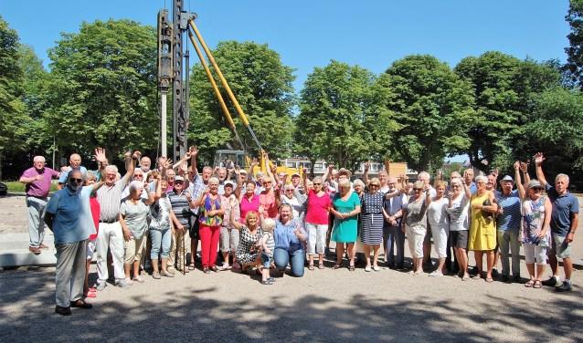 Een groot aantal leden van JBC Zoetermeer met de wethouder en de voorzitter in het midden. Foto: pr
